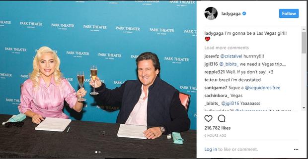 Tôi sẽ trở thành một 'Cô nàng Vegas'! Gaga cùng ông Bill Honburke, Giám đốc tập đoàn MGM International Resorts, chủ sở hữu của Monte Carlo và MGM Park Theater.