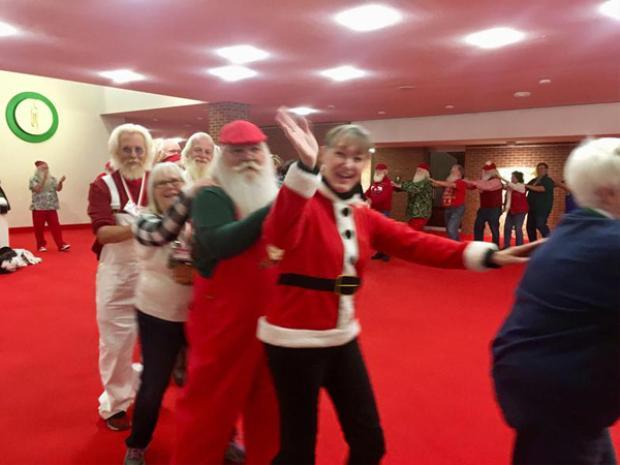 Ngoài ra, họ còn được học cách tạo dáng hài hước, tập hát, nhảy theo những giai điệu của bài hát Giáng sinh như Jingle Bells, Santa Claus is Coming to Town.