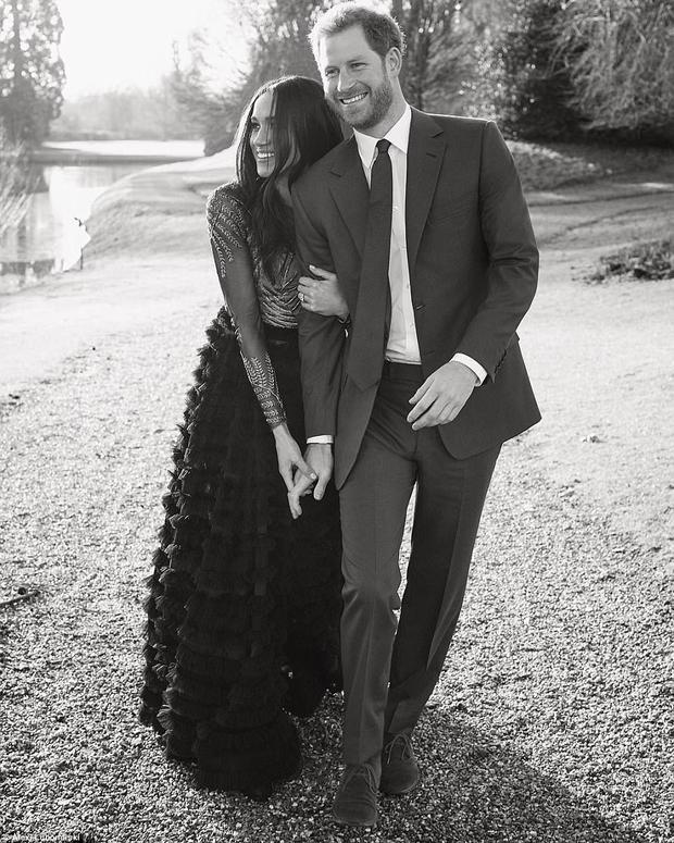 Ảnh đính hôn của Hoàng tử Harry và Meghan Markle được chụp tại Frogmore House, trong khuôn viên cung điện Windsor vào hồi đầu tuần. Meghan khoác lên người bộ váy thiết kế xuyên thấu của thương hiệu Ralph & Russo - một trong những thương hiệu nổi tiếng thế giới. Bộ váy có giá56.000 bảng Anh (gần 1,7 tỷ đồng).