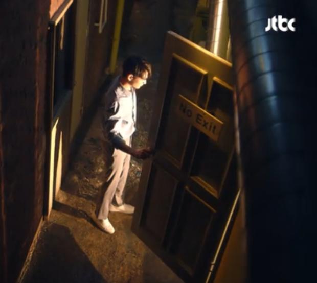 Khoảnh khắc kỳ diệu khi Kyunghwi đứng trước cánh cửa thời gian để trở về quá khứ.