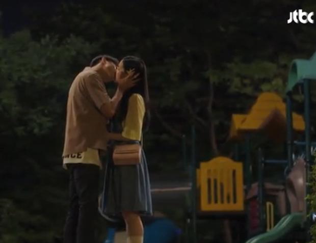 Nụ hôn ngọt ngào cho một kết thúc viên mãn sau tất cả.