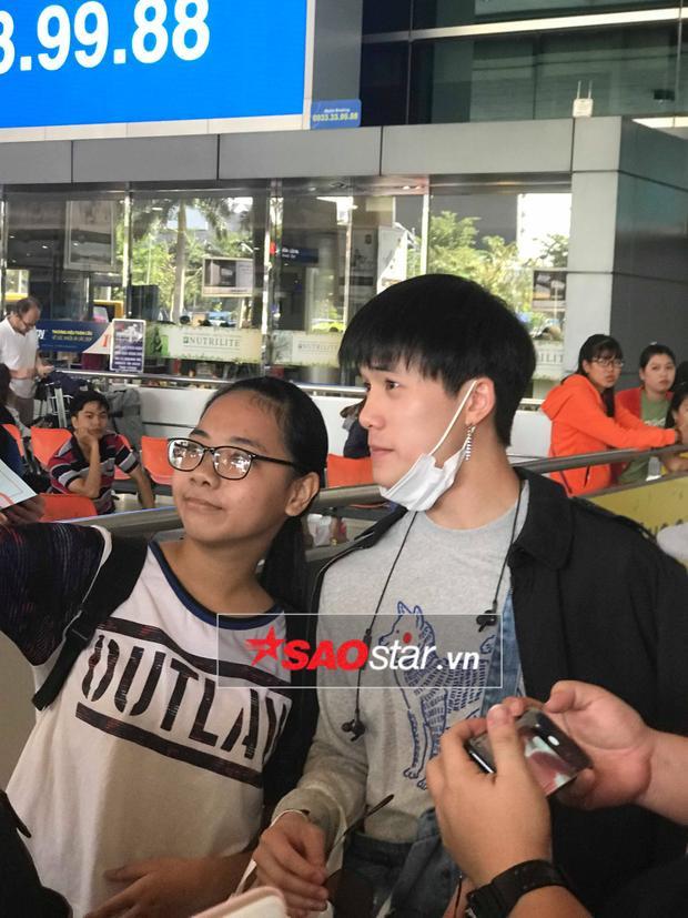 James thân thiện chụp ảnh cùng fan girl tại sân bay