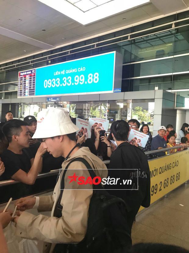 Xuất hiện tại sân bay, hai anh chàng nhận được sự chào đón nhiệt tình của các fan.