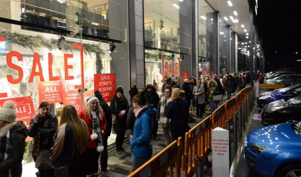 Đoàn người xếp hàng dài trước cửa hàng bán lẻ Silverlink ở Bắc Tyneside, Anh.