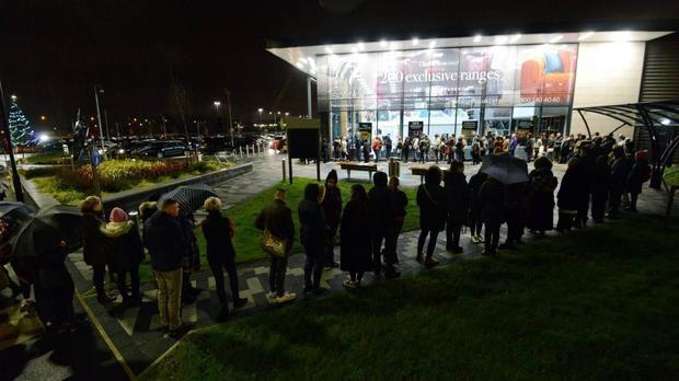 Hàng trăm người đứng dưới trời đêm lạnh ở Bắc Tyneside, Anh để chờ tới giờ mở cửa.