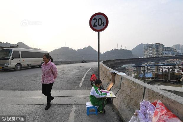 Khi đi qua cây cầu vượt ở thành phố Quý Dương, Quý Châu, Trung Quốc, nhiều người đã quá quen thuộc với hình ảnh một cậu bé 8 tuổi kê bàn ghế, sách vở bên cầu vào mỗi buổi chiều để ngồi học bài. Cậu bé đó họ Cù.