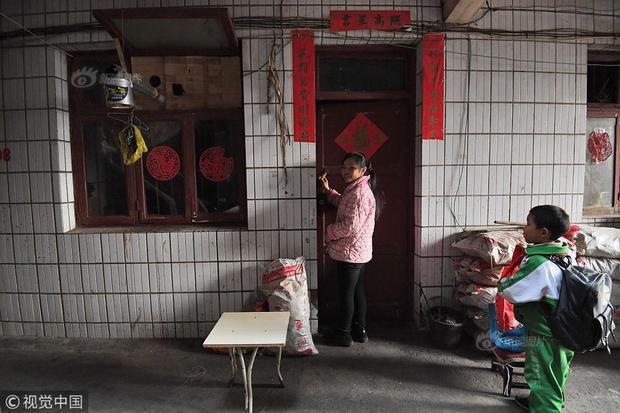 Khoảng 5h chiều, Cù kết thúc bài tập và cùng mẹ thu dọn bàn ghế, quay trở về căn nhà nhỏ bé, ẩm thấp ở tầng 1.