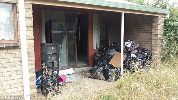 Những túi rác cùng xác chuột chết chất cao như núi phía ngoài nhà.