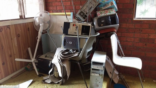 Đồ đạc trong nhà bị hư hỏng nặng nề.