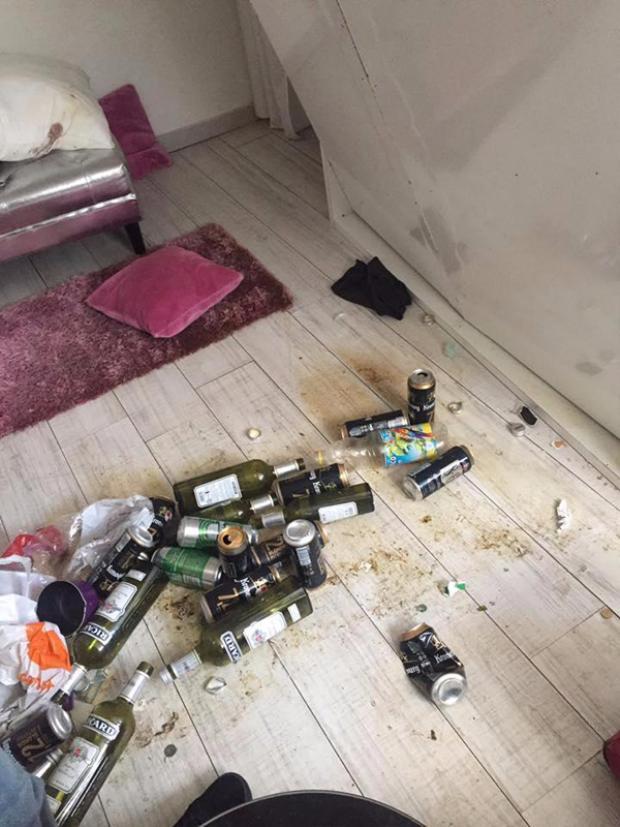 Sàn nhà đầy vỏ rượu, lon bia.