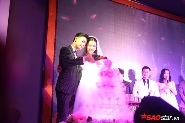 Và hoàn thành các nghi lễ như rót rượu, cắt bánh cưới.
