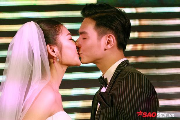 Chúng Huyền Thanh và ông xã Jay Quân khoá môi cực ngọt trong tiệc cưới ở Hải Phòng