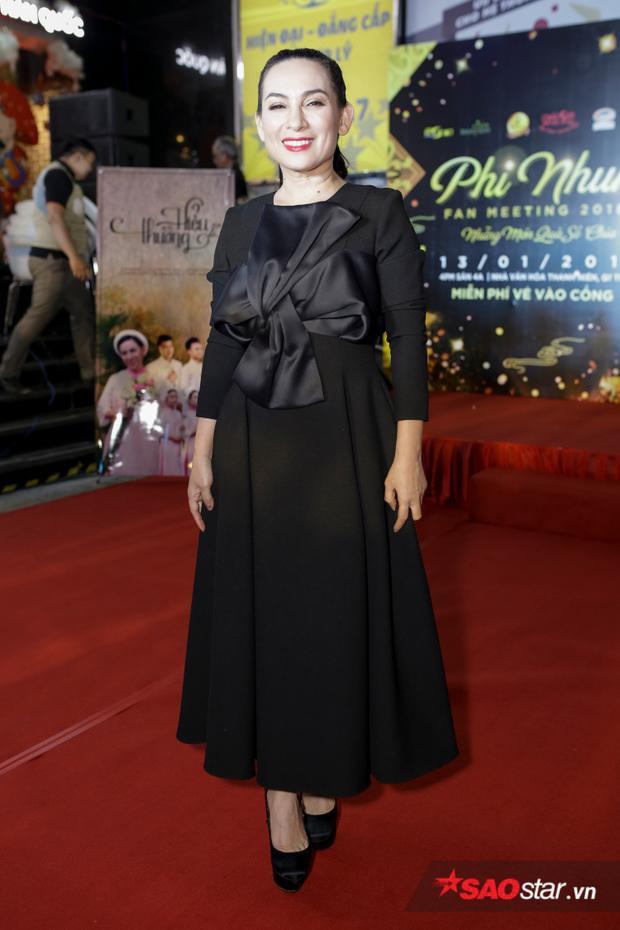 Phi Nhung xuất hiện rạng rỡ trong một họp báo tối 29/12.