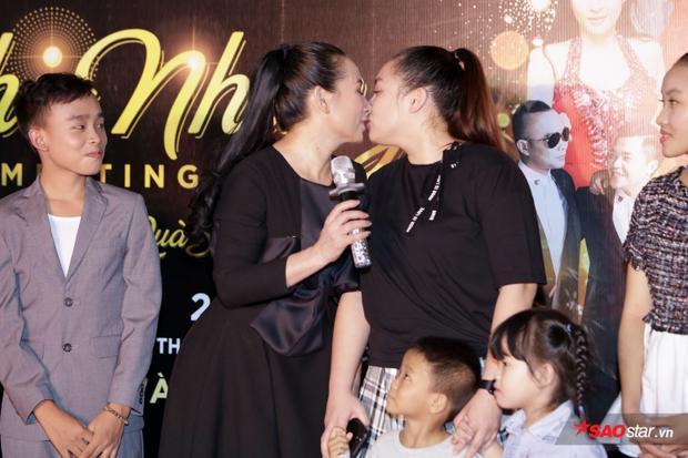 Hai mẹ con ôm hôn tình cảm trước mặt khán giả.