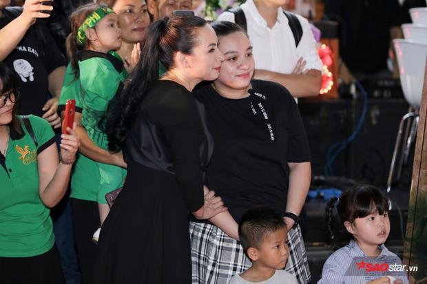 Con gái Phi Nhung lần đầu xuất hiện trước truyền thông, ôm hôn mẹ thắm thiết