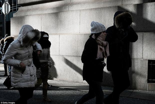 Theo Dailymail, tuần qua không khí lạnh đã tràn qua khu vực phía bắc nước Mỹ, ảnh hưởng nghiêm trọng tới cuộc sống thường ngày 220 triệu người dân tại khu vực này, nhiệt độ một số khu vực đã giảm sâu xuống ngưỡng âm độ. (Ảnh: Getty)