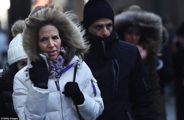 Các chuyên gia cảnh báo vấn đề liên quan tới sức khỏe khi không khí lạnh tràn qua. Theo Dailymail, hiện Mỹ đã có một trường hợp tử vong do quá lạnh vì xe bị mắc kẹt ngoài đường. Trong ảnh: Người dân New York co ro trong trời lạnh. (Ảnh: Getty)