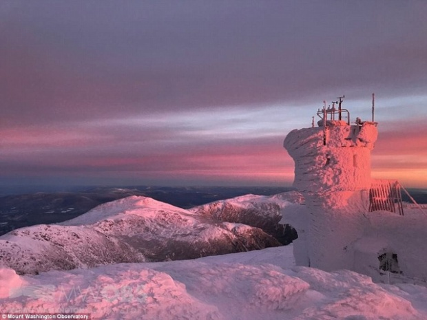 Ông Adam Gill, làm việc tại đài quan sát trên đỉnh Washington cho biết nhiệt độ lạnh kỉ lục ở đây từng là năm 1933 vào khoảng âm 31 độ. Khu vực đài quan sát đã đóng băng toàn bộ. (Ảnh: MWO)