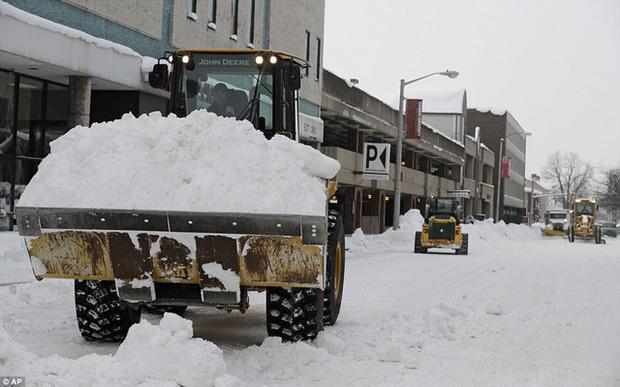 Nhiệt độ buốt giá kéo theo lượng tuyết rơi dày kỉ lục, có nơi dày gần 1m trong khoảng thời gian rất ngắn cũng khiến các chuyên gia thời tiết bất ngờ. (Ảnh: AP)