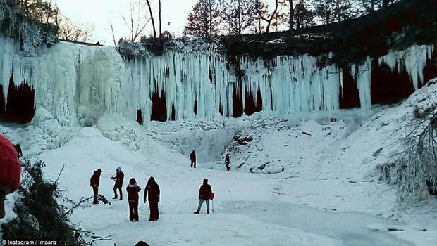 Theo dữ liệu của cơ quan thời tiết quốc gia, nhiệt độ ở thác nước International, Minesota đã tụt xuống âm 37 độ C, phá kỉ lục âm 32 độ C năm 1924. (Ảnh: Instagram)