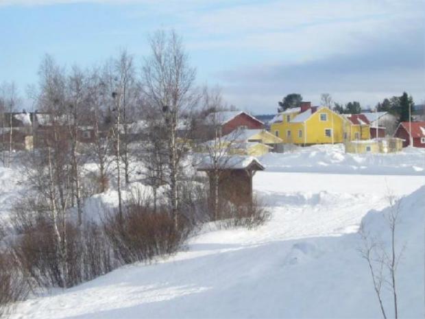 Karensuvanto, Phần Lan tới Karensuando, Thụy ĐiểnHai thành phố nằm ở hai quốc gia khác nhau nhưng chỉ cách nhau 2 km và chênh nhau tới một tiếng. Do vậy, du khách có thể đón năm mới ở Phần Lan trước khi bắt một chuyến tàu qua sông sang Thụy Điển. Ảnh: Supplied.