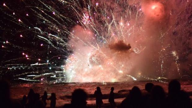 Gói pháo hoa do bén lửa khiến người dân hoảng loạn.