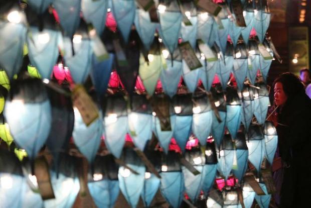 Người phụ nữ đến đền Jogyesa ở thủ đô Seoul để cầu nguyện một năm mới an lành.