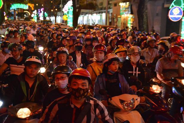 Cac trụ đường quanh phố đi bộ như Hàm Nghi, Đồng Khởi tắc nghẽn kinh hoàng.