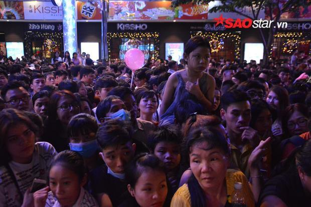 Các cô gái, trẻ nhỏ dù được kênh kiệu lên cũng vẫn cảm thấy mệt mỏi vì phải mất quá nhiều thời gian cho việc chen chúc trong đám đông.