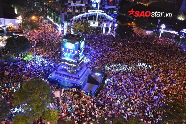 Cảnh tượng đông đúc kinh hoàng tại phố đi bộ Nguyễn Huệ, khung cảnh nhìn từ trên cao.