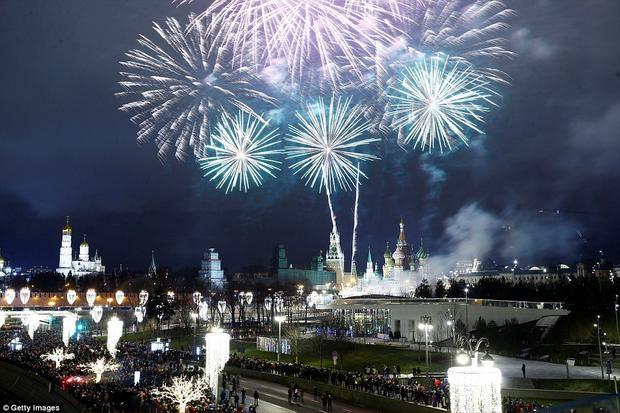Màn trình diễn pháo hoa này được bắn từ cây cầuBolshoy Kamenny, tại Quảng trường Đỏ.