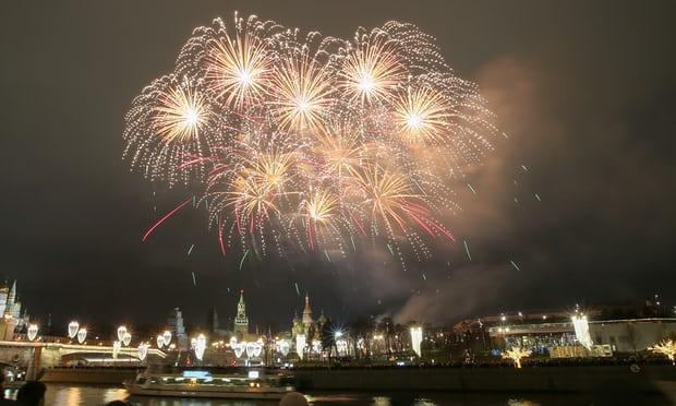 Pháo hoa thắp sáng cả một vùng trời gần cung điện Kremlin và các tòa nhà khác ở Moscow, Nga.