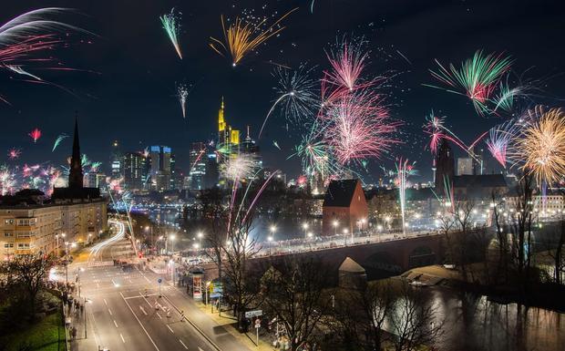 Khắp thành phố Frankfurt am Main, Đức, tràn ngập màu sắc rực rỡ của pháo hoa khi bước sang năm mới.