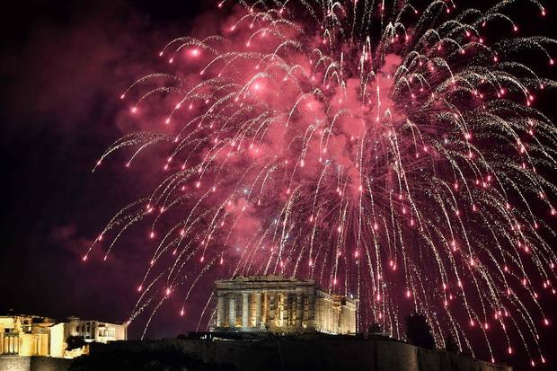 Đền thờ Parthenon nằm trên đồi Acropolis của thủ đô Athens, Hy Lạp, được thắp sáng trong màn pháo hoa đêm giao thừa.