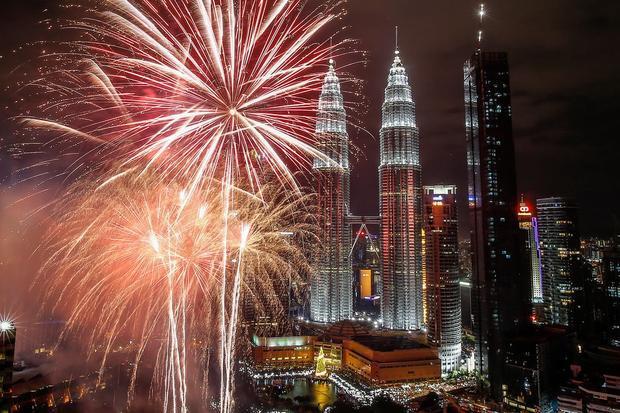 Tháp đôi Petronas ở thủ đô Kuala Lumpur, Malaysia sáng rực trong đêm giao thừa.