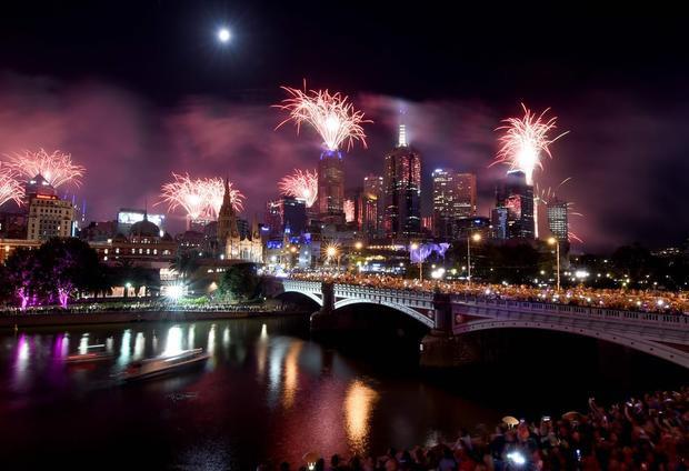 Màn trình diễn ánh sáng trên sông Yarra, thành phố Melbourn, Australia. Đây làlễ đón mừng năm mới lớn nhất từ trước tới nay ở thành phố này với 14 tấn pháo hoa, được bắn từ 22 tòa nhà ở khu vực trung tâm thành phố.