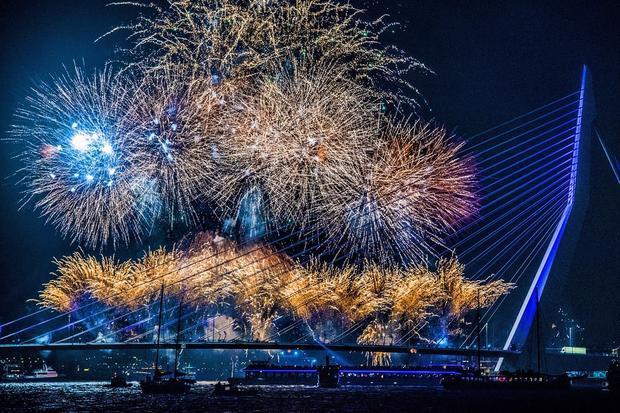 Người dân ở Rotterdam, Hà Lan, chào mừng năm mới với màn bắn pháo hoa tại Erasmusbrug.