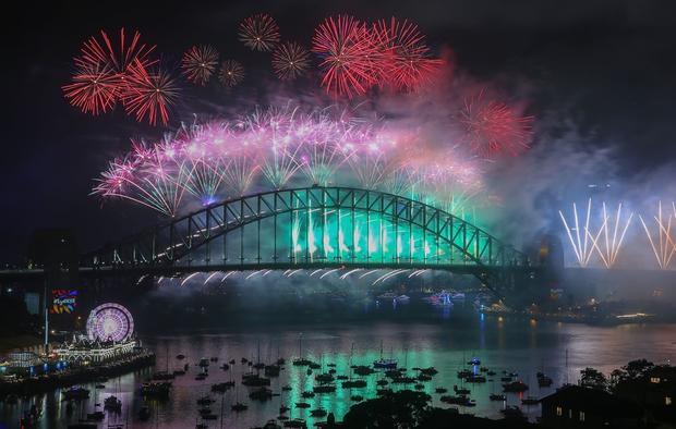 Màn trình diễn pháo hoa năm nay ở Sydney mang chủ đề cầu vồng, chào mừng việc Australia vừa hợp thức hóa hôn nhân đồng tính.