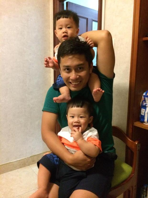 MC Trung Nghĩa bên cạnh hai cậu con trai kháu khỉnh