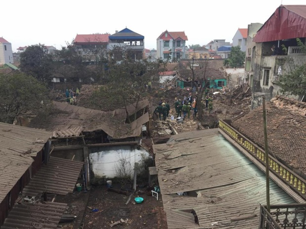 Sáng 3/2, một vụ nổ kinh hoàng xảy ra tại xã Văn Môn, huyện Yên Phong, tỉnh Bắc Ninh khiến 2 trẻ nhỏ tử vong, nhiều người bị thương. Sức công phá quá mạnh khiến nhiều ngôi nhà đổ sập, nhiều kính nhà dân bị vỡ, vỏ đạn vương vãi bay khắp nơi, thậm chí văng xa cách hiện trường hàng km.