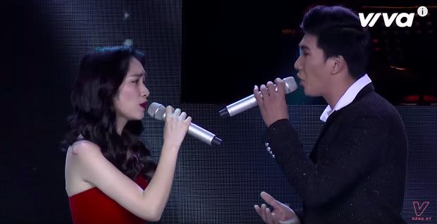 Cặp đôi Hoà Minzy - Hoàng Ngọc Sơn tái hợp, tiếp tục kể câu chuyện tình. Tiết mục còn gây ấn tượng với người xem khi Hoà Minzy ném hẳn ly xuống.