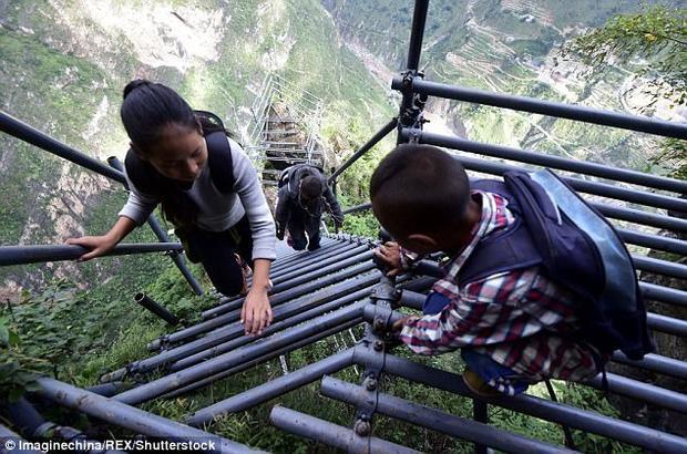 Chính phủ Trung Quốc xây dựng một cầu thang treo mới để đảm bảo an toàn cho người dân.