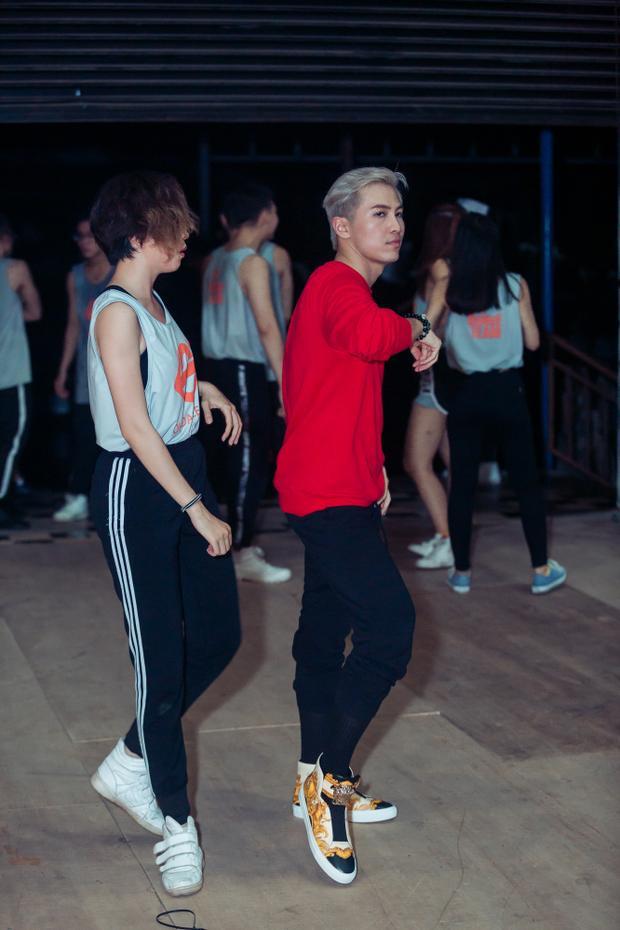Anh căng thẳng trao đổi lại với vũ công những động tác khó.
