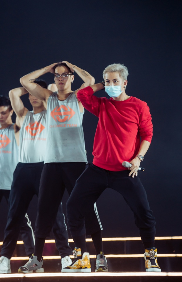 Phần trình diễn của nam ca sĩ Yêu như ngày yêu cuối thu hút với màn vũ đạo bắt mắt.