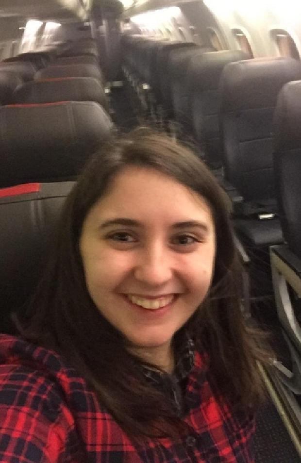 Beth chụp ảnh cùng chuyến bay trống không.