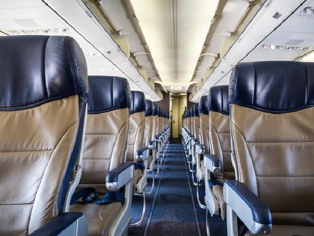 Trên chuyến bay chỉ có Beth cùng 2 phi công và 1 tiếp viên hàng không.