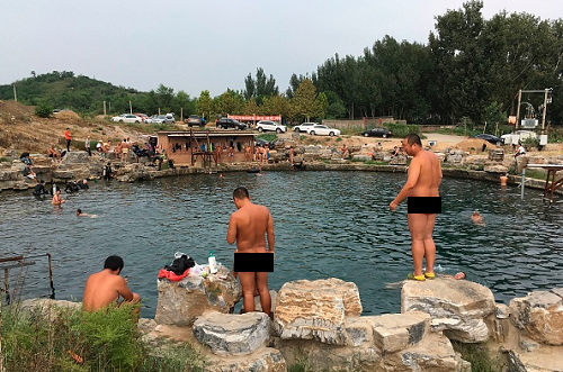 Những người đàn ông tụ tập về ao tắm tiên ở ngoại ô Bắc Kinh. Ảnh: Fred Dufou.