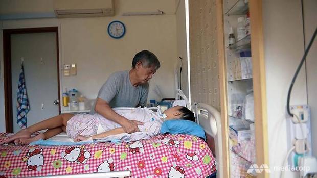 Vì căn bệnh quái ác, cô gái 24 tuổi phải sống thực vật, không cử động, nhận thức cũng bị hạn chế. Thậm chí đến cả việc nuốt hay chớp mắt cũng khó khăn. Cô gái luôn cần có người túc trực chăm sóc 24/24.