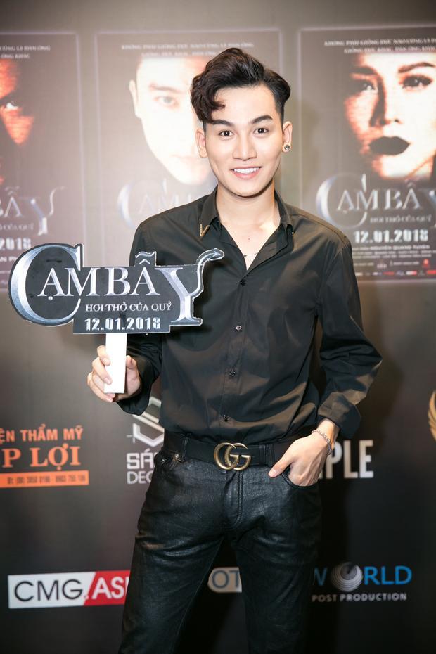 Vì tính chất quan trọng của sự kiện, nam ca sĩ Ali Hoàng Dương đã chọn ngay loạt trang phục đắt tiền: Áo sơ mi Versace, quần jean và giày Yves Saint Laurent cùng thắt lưng Gucci.