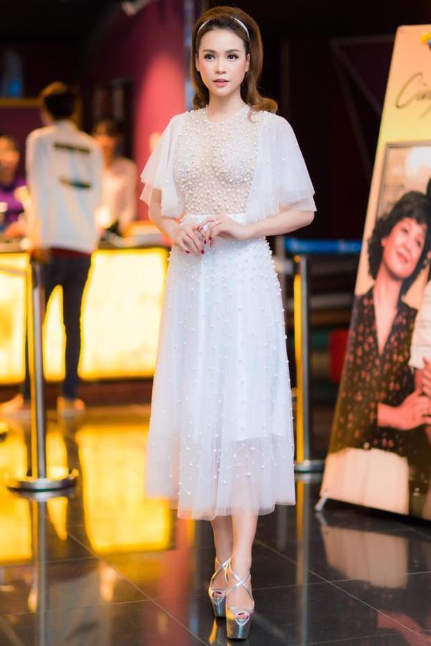 Bộ váy xuyên thấu đính ngọc trai của Sam diện trong bức hình thật quá sức quyến rũ.